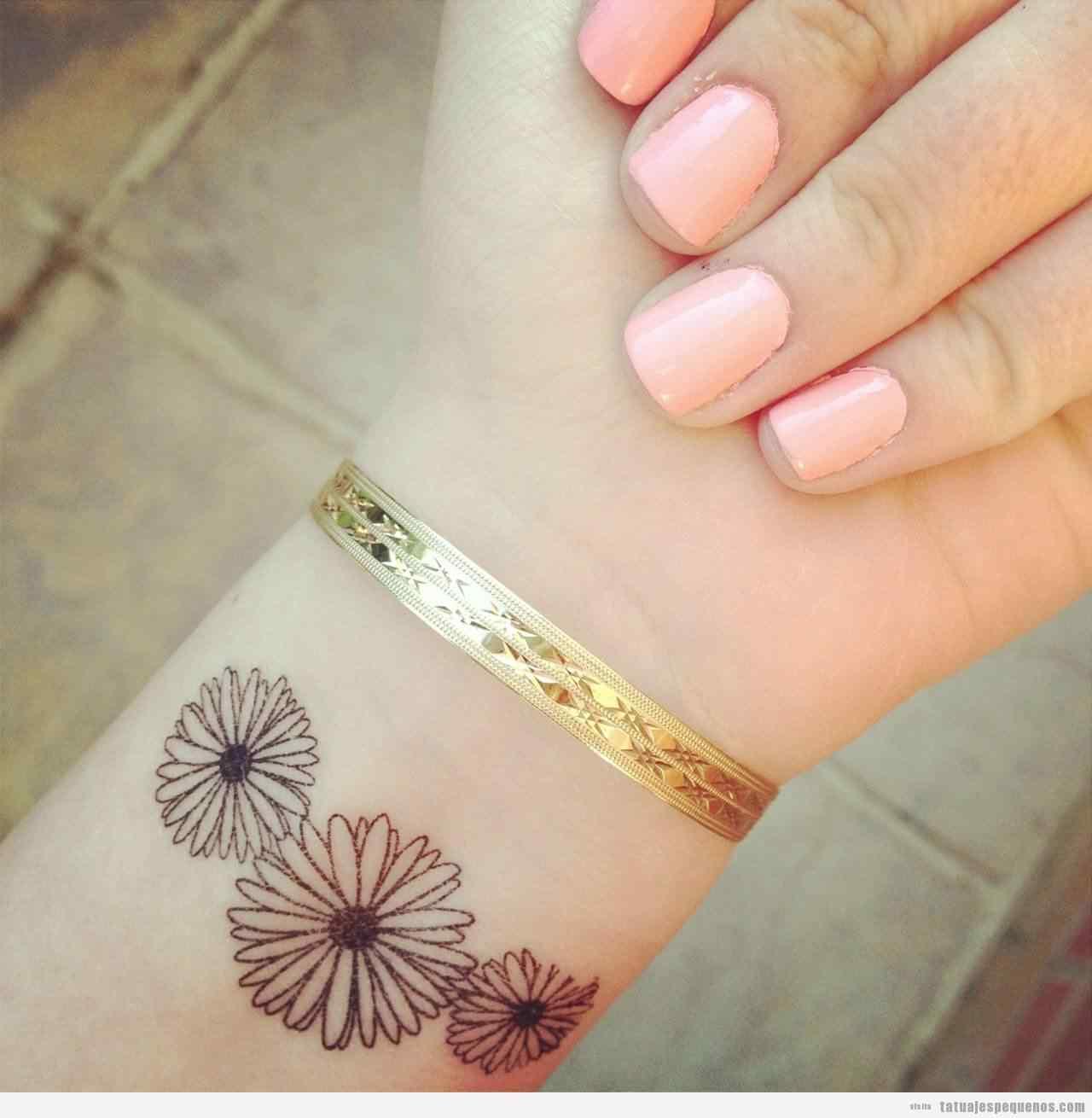 Tatuaje pequeño para la muñeca - flores