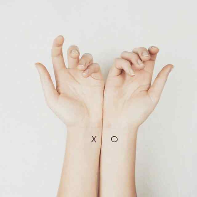 Tatuaje pequeño XO