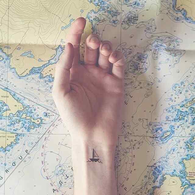 Otro tatuaje pequeño de barco para la muñeca