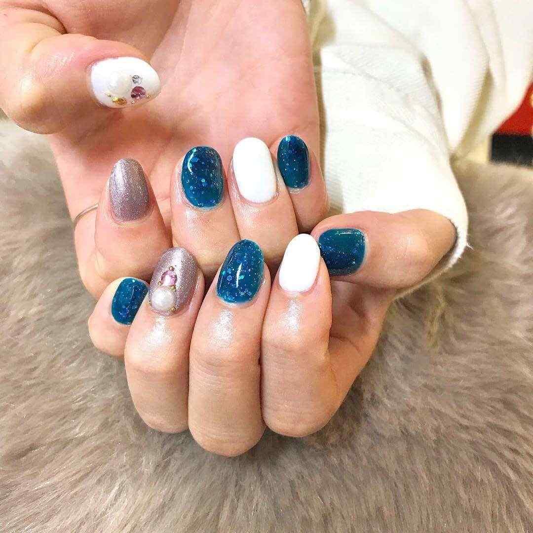 uñas invierno azules y blancas