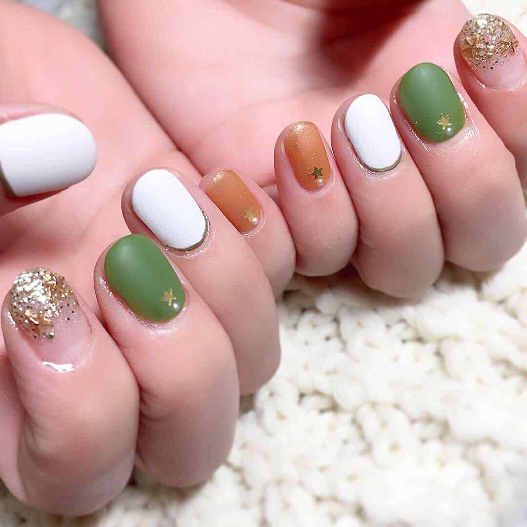 uñas invierno blancas verdes y naranja