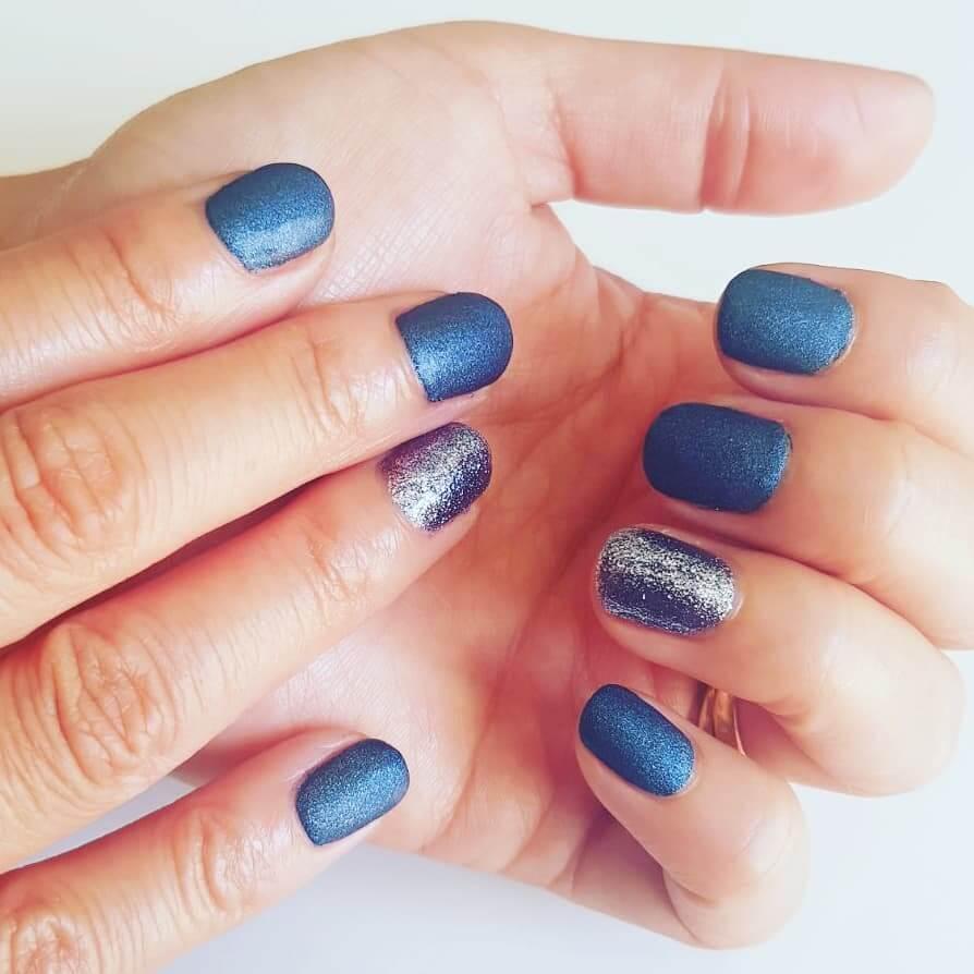 uñas mate azul metalizado