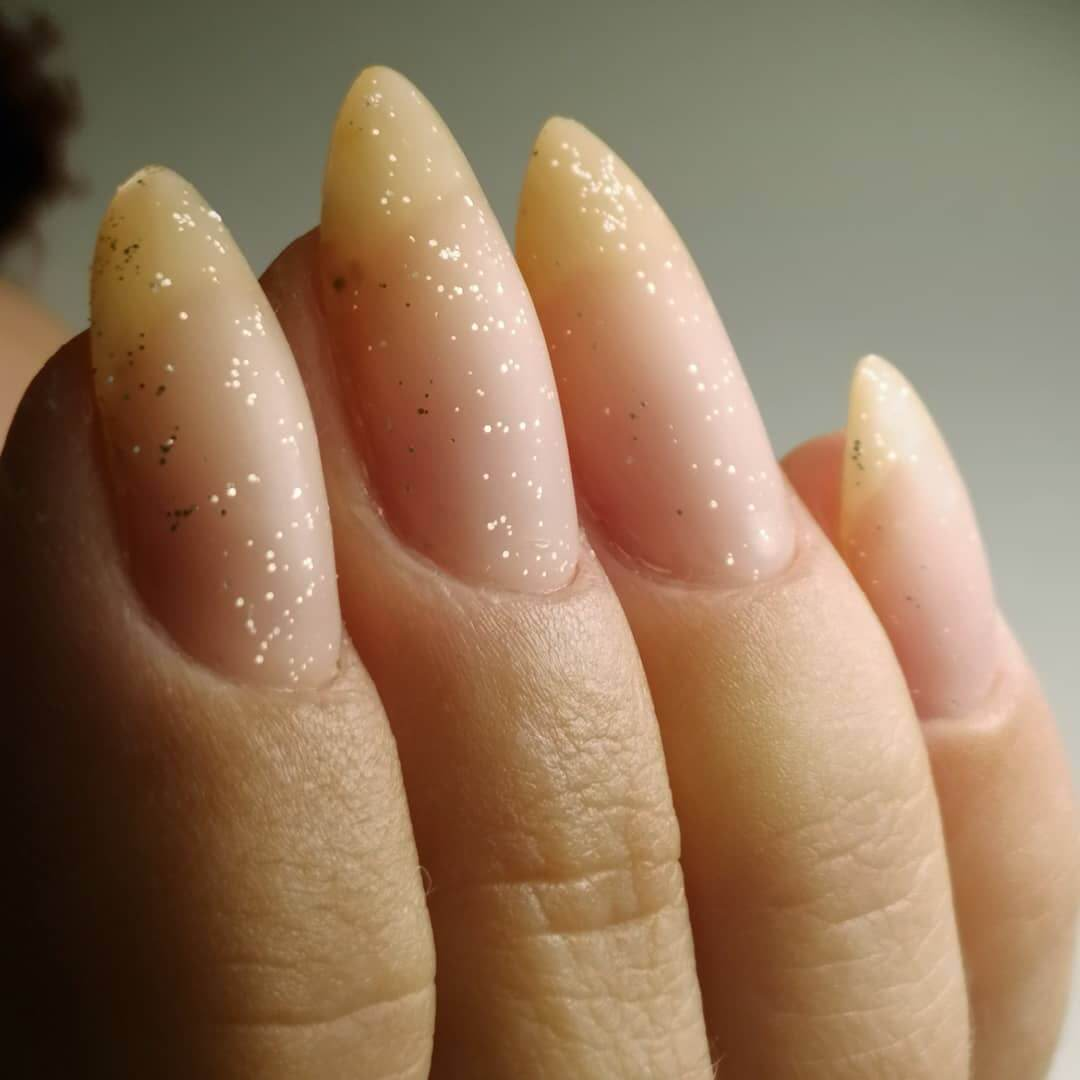 uñas mate color nude con brillos