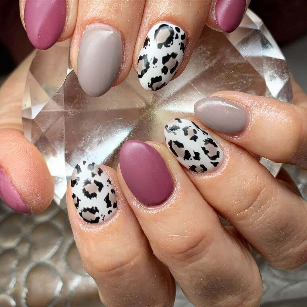 uñas mate color vino animal print