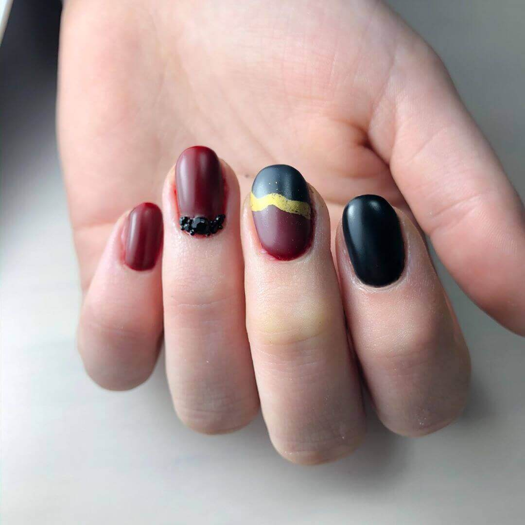 uñas mate color vinotinto