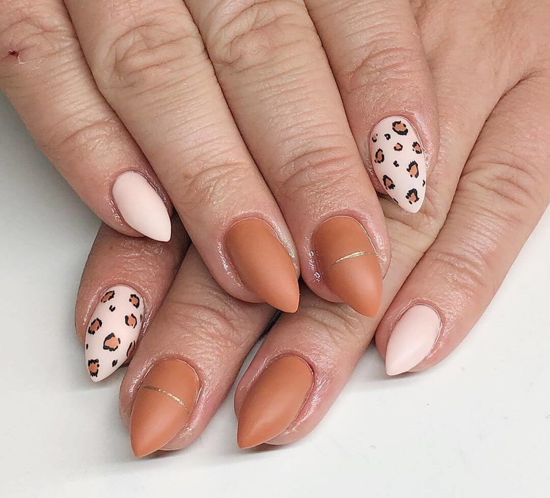 uñas mate natura ocre animal print