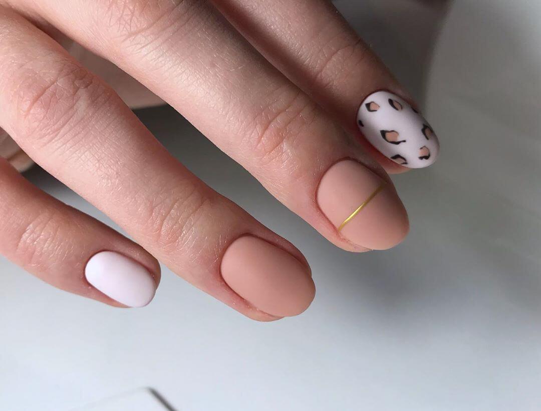 uñas mate nude estampado leopardo