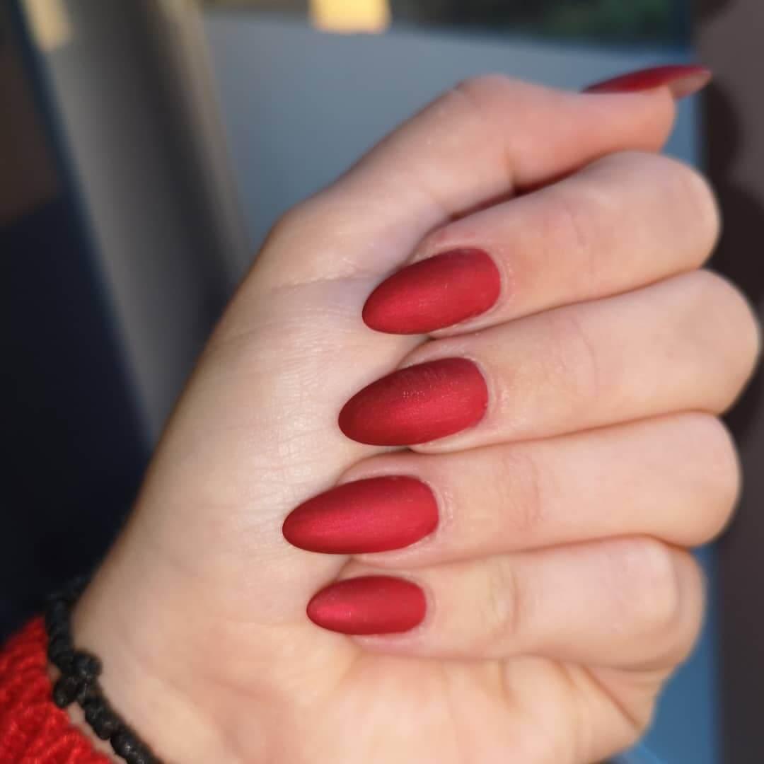 uñas mate rojo metalizado