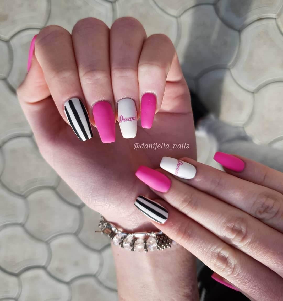 uñas mate rosa con blanco