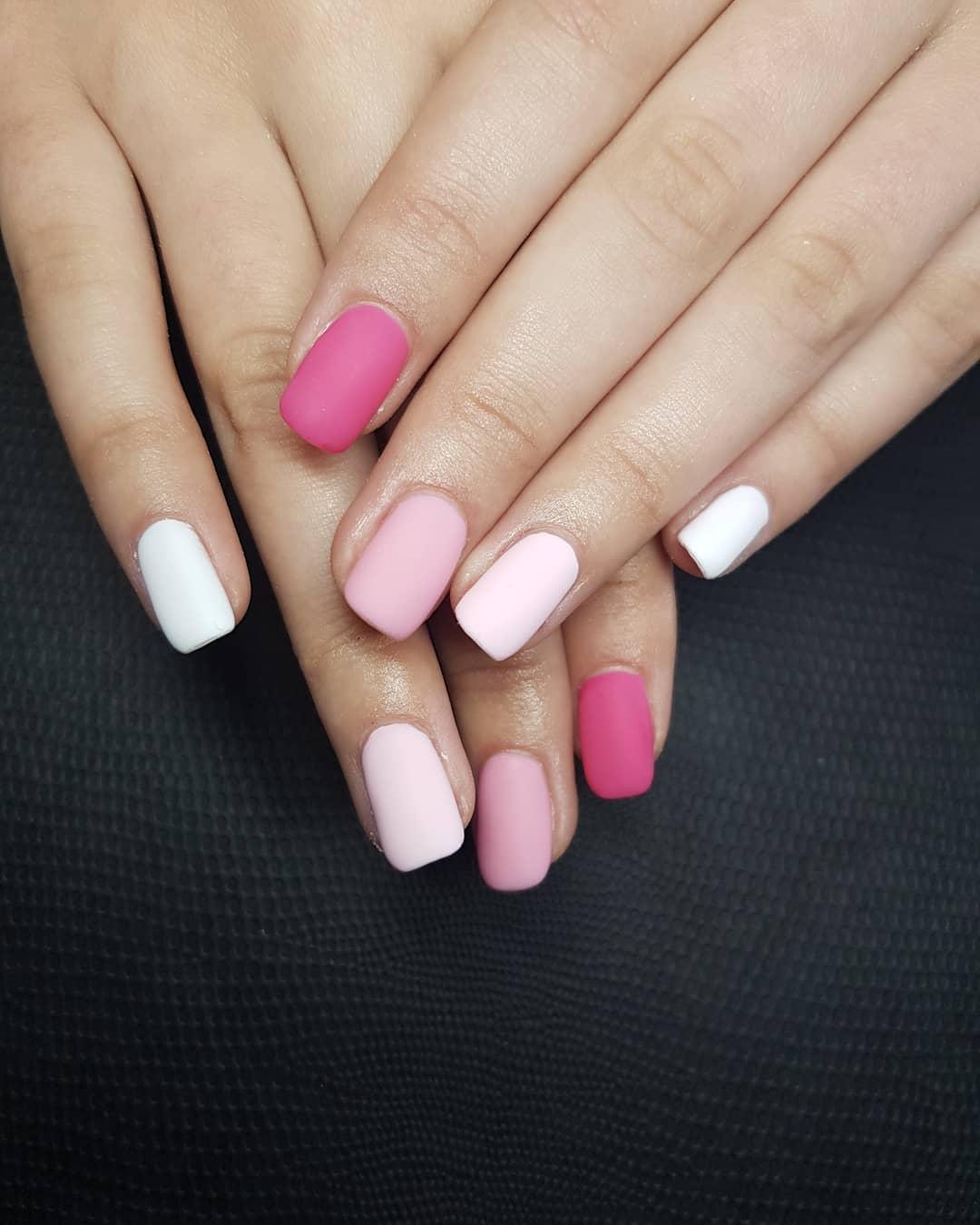 uñas mate rosa pastel