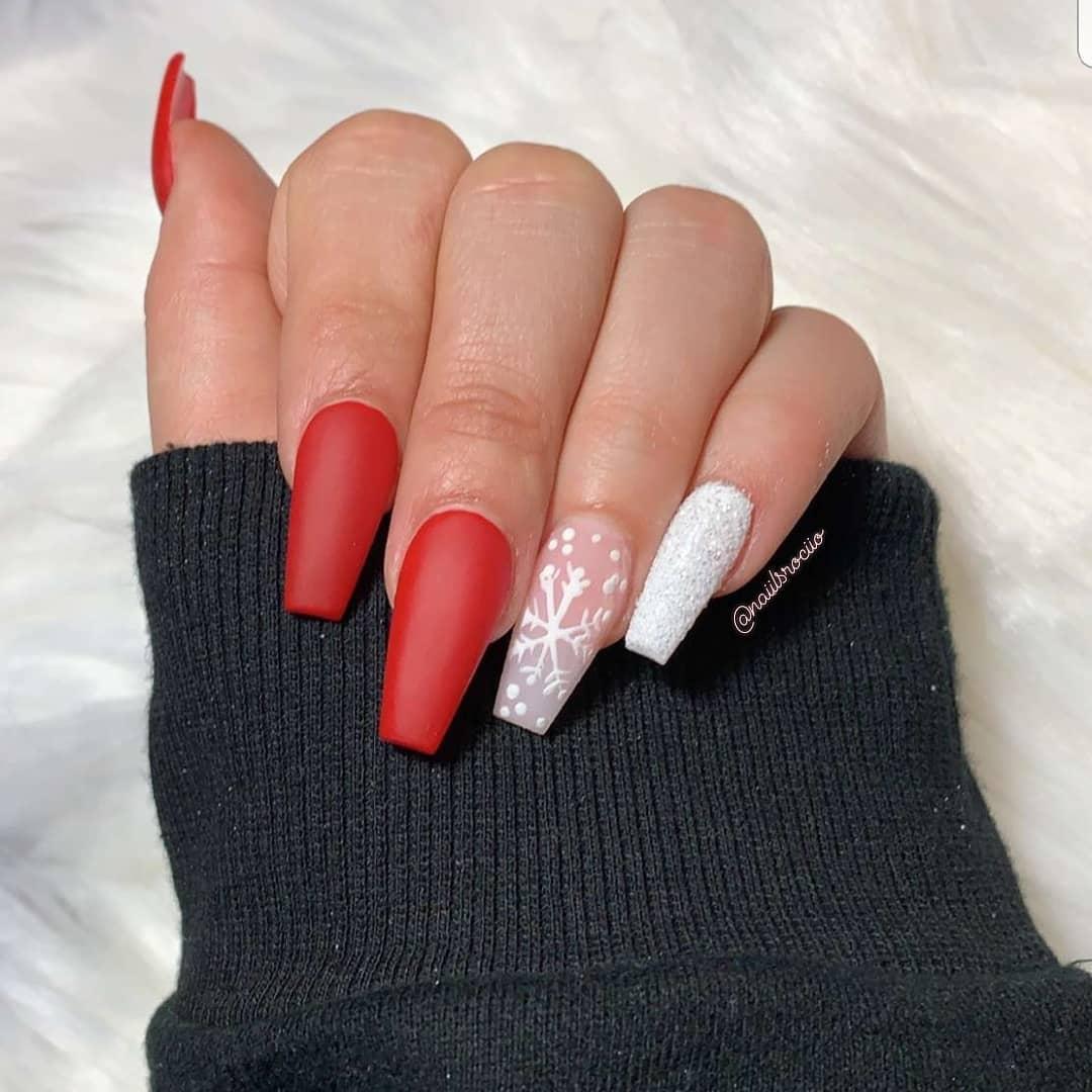 uñas rojas mate con blanco