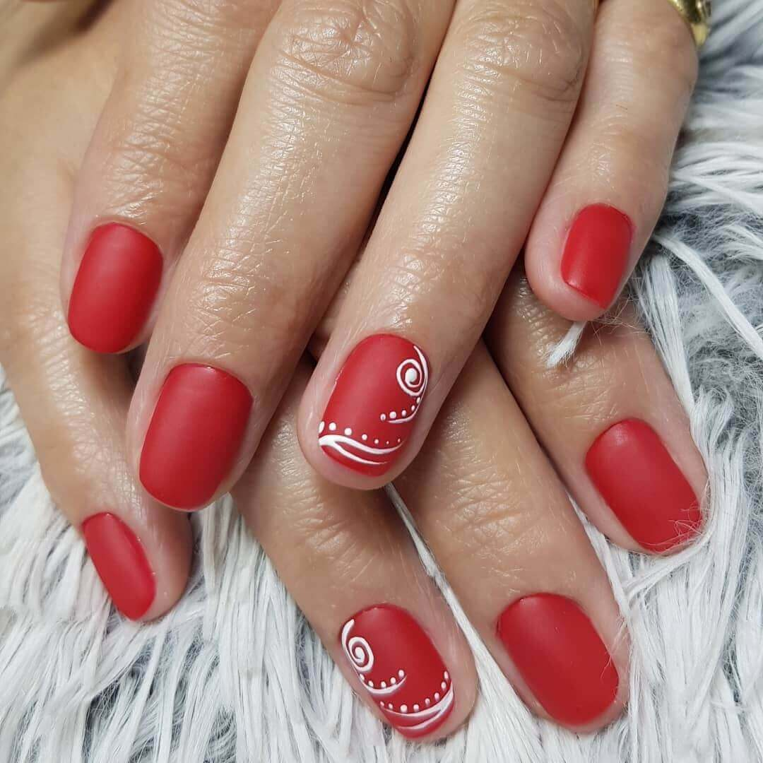 uñas rojas mate decoradas