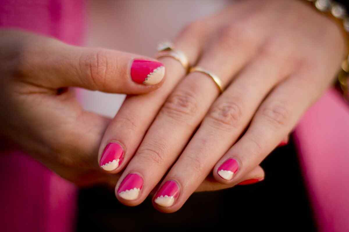 Fuente: http://crashingred.com/beauty/nails/how-to-pink-nails-with-gold-embellishments/