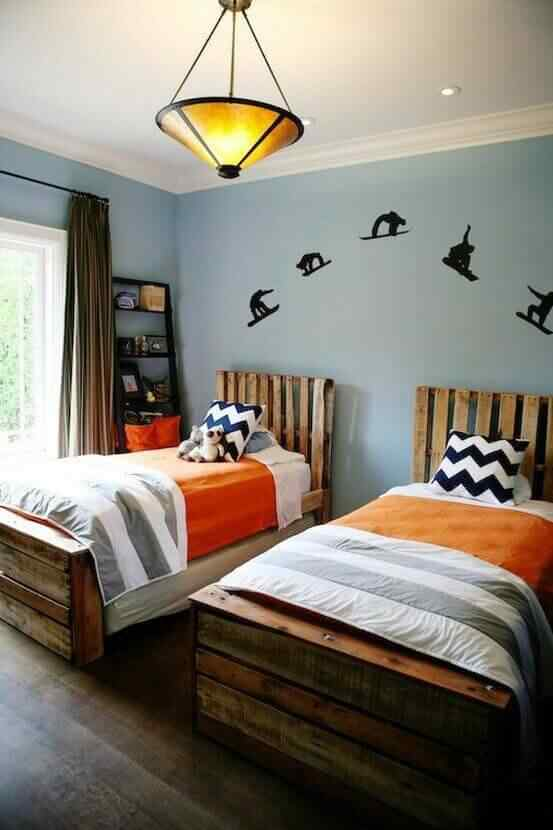 cama de una plaza con madera de palet
