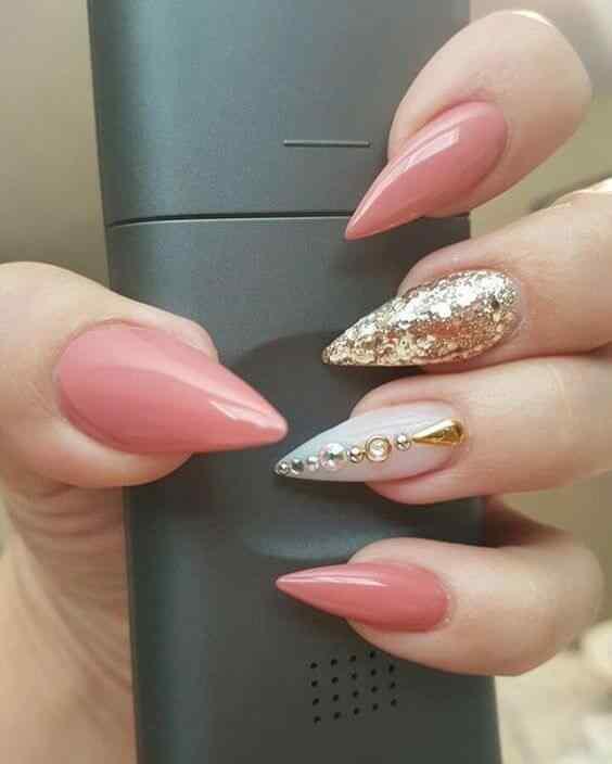 diseño uñas rosa con dorado