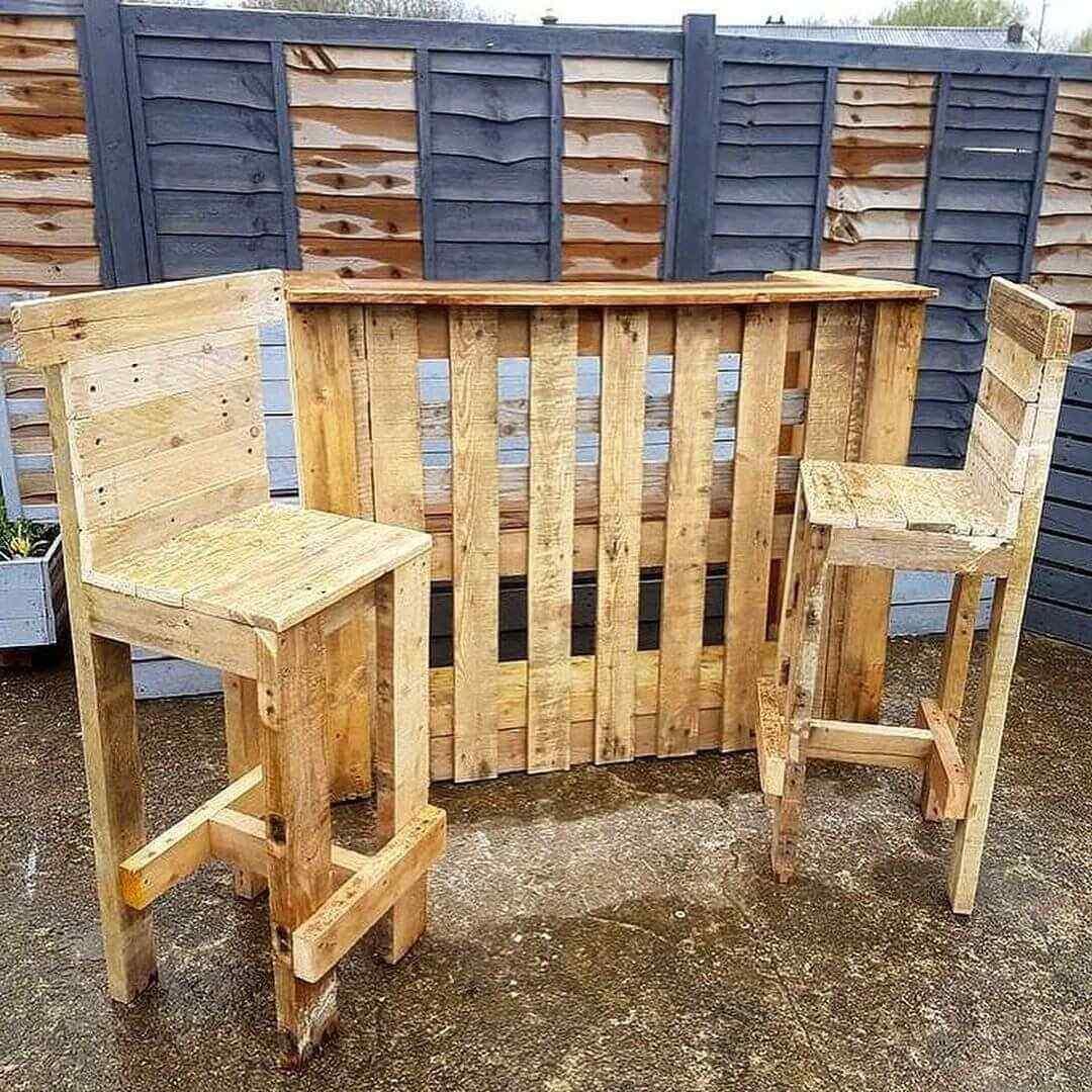 mesa y sillas bar con palets