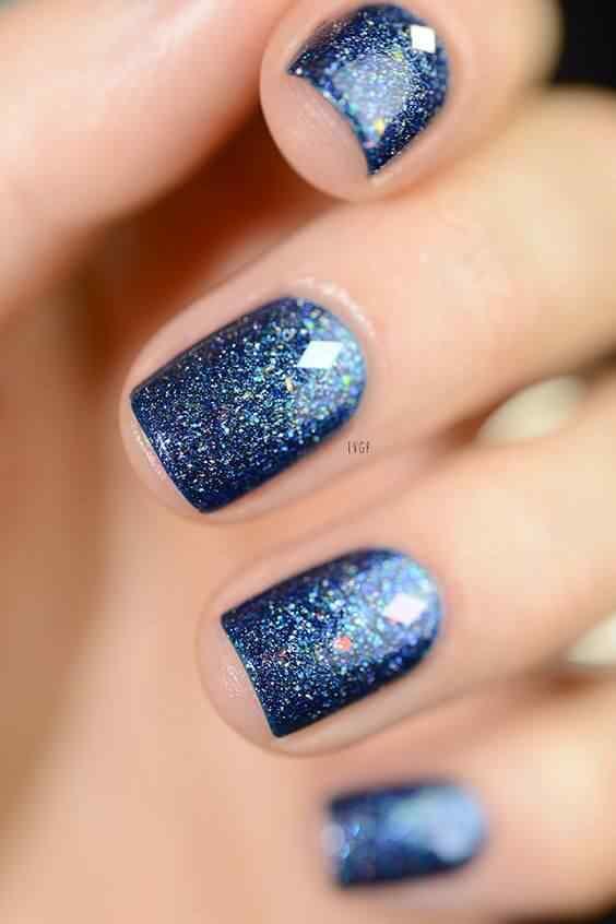 uñas azul con brillos