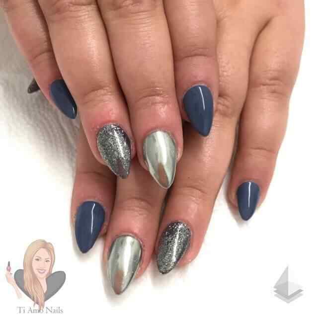 uñas azul y plateado