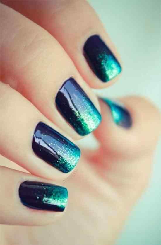 uñas azules con brillos celeste
