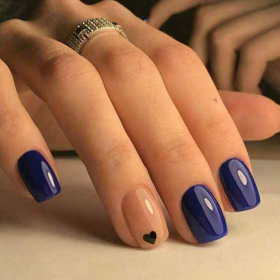 uñas azules con corazon
