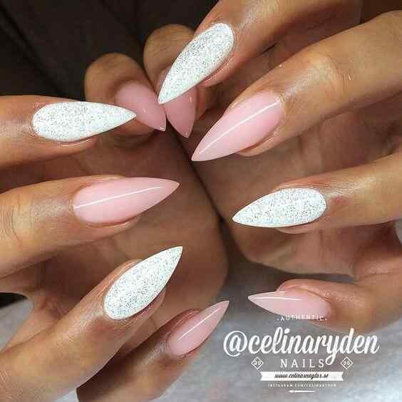 uñas blancas brillantes combinadas con rosa