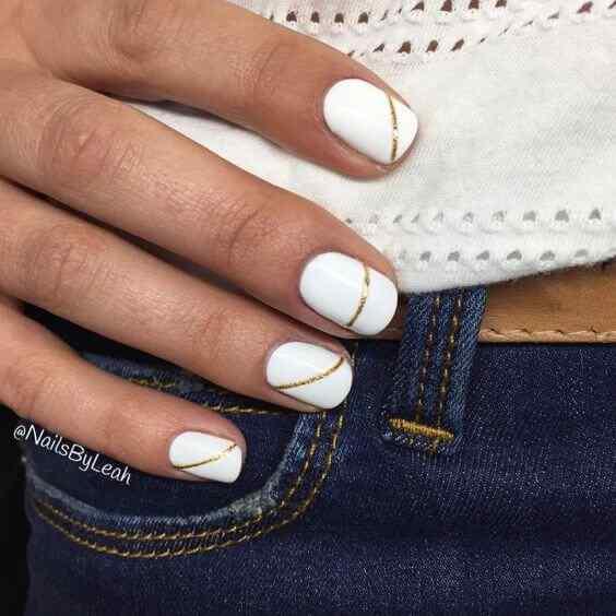 uñas blancas con lineas doradas