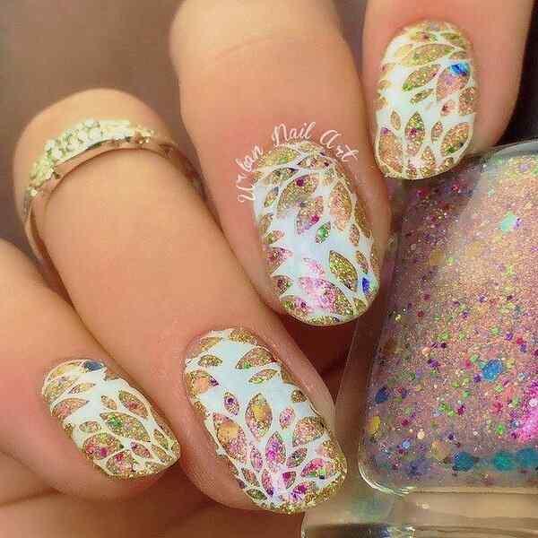 uñas blancas decoradas con flores y brillos