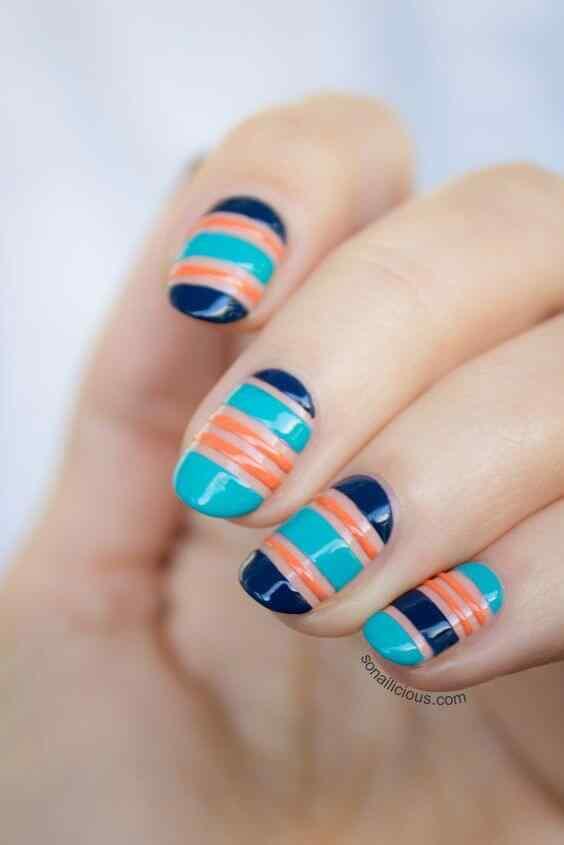 uñas con azul celeste y naranja