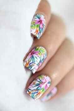 uñas con flores de colores