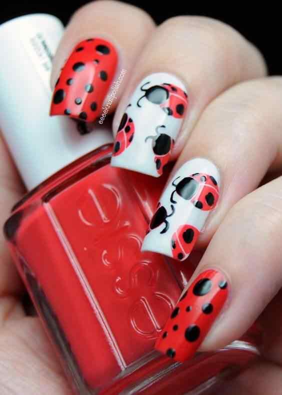 uñas decoradas rojas con mariquita
