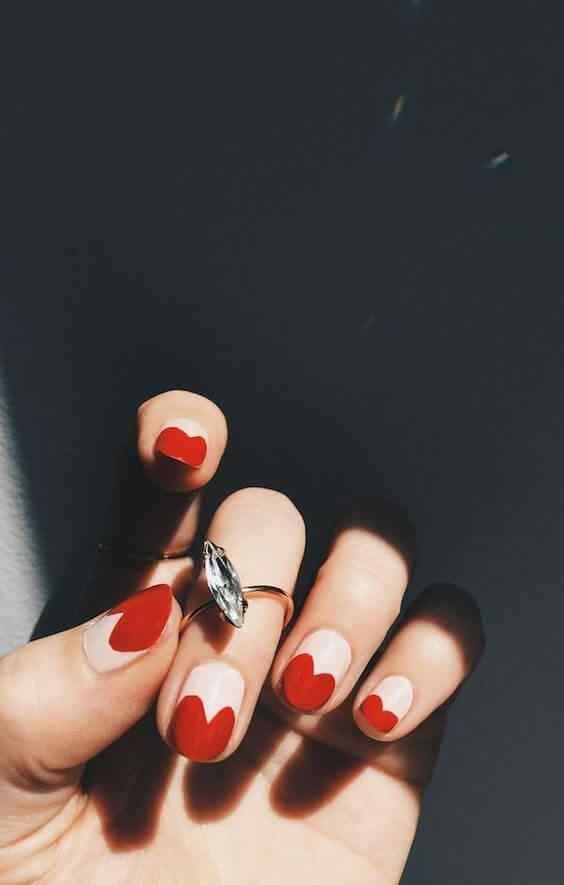 uñas rojas con corazones