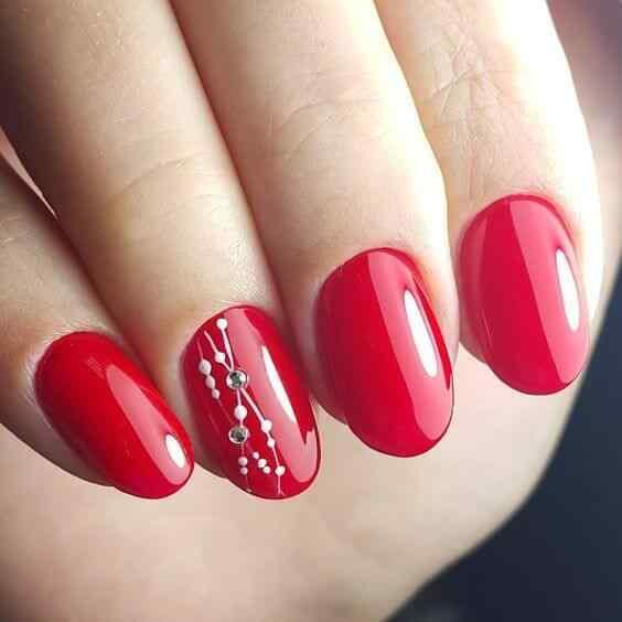 uñas rojas con detalles blancos