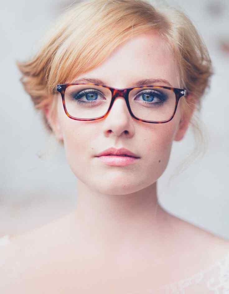 look de maquillaje con gafas