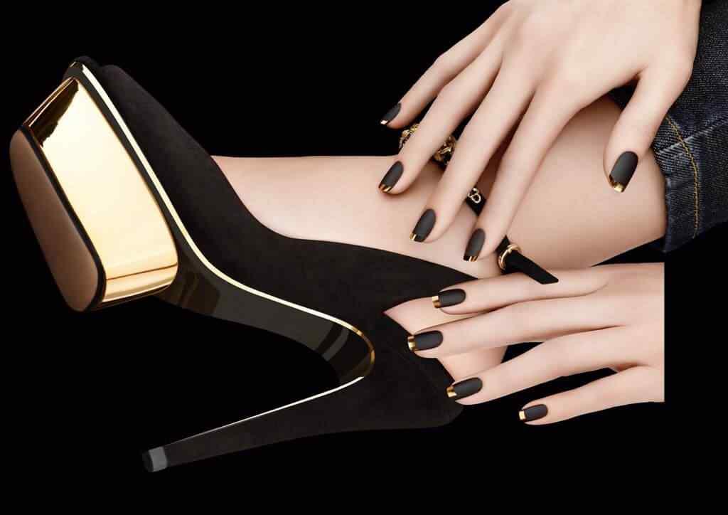 uñas negras francesa dorado