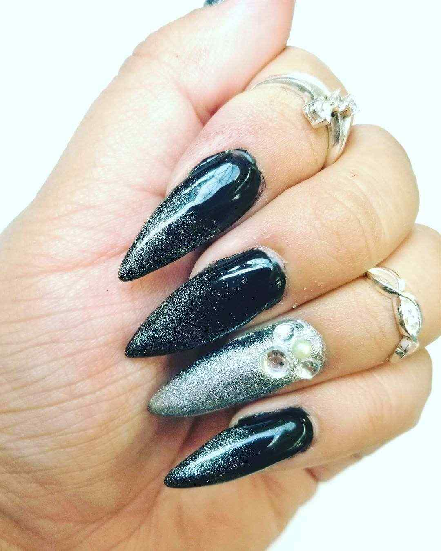 uñas elegantes plateadas y negras