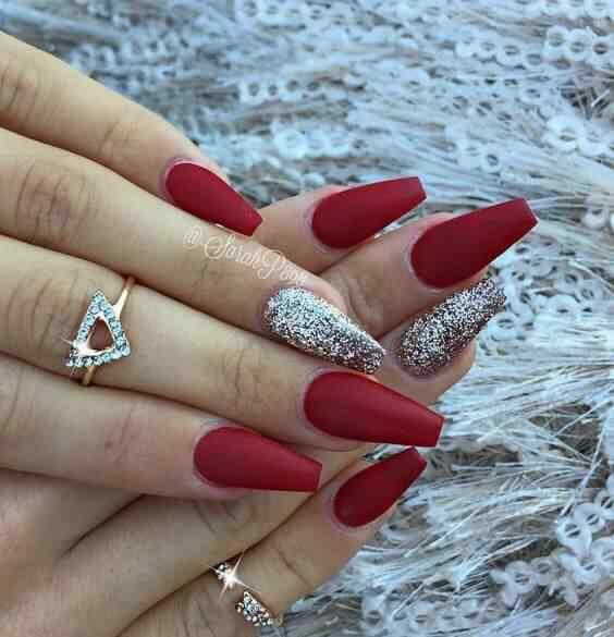 uñas largas plateadas con rojo