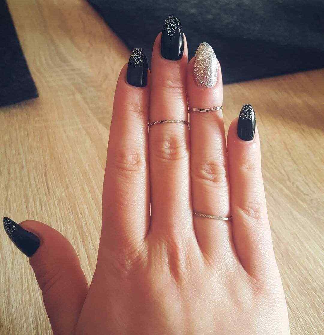 uñas negras con brillos plateado