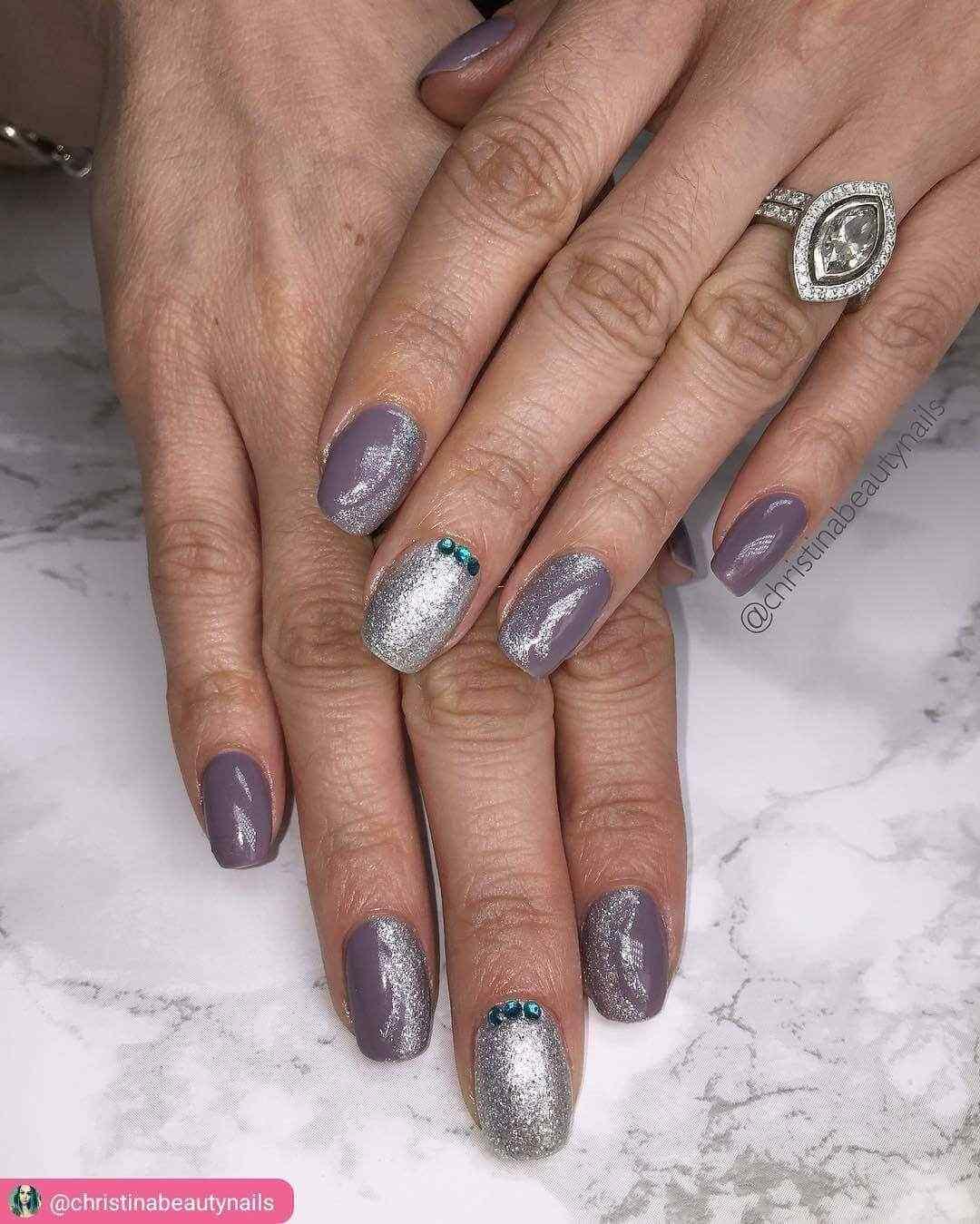 uñas plateadas con purpura