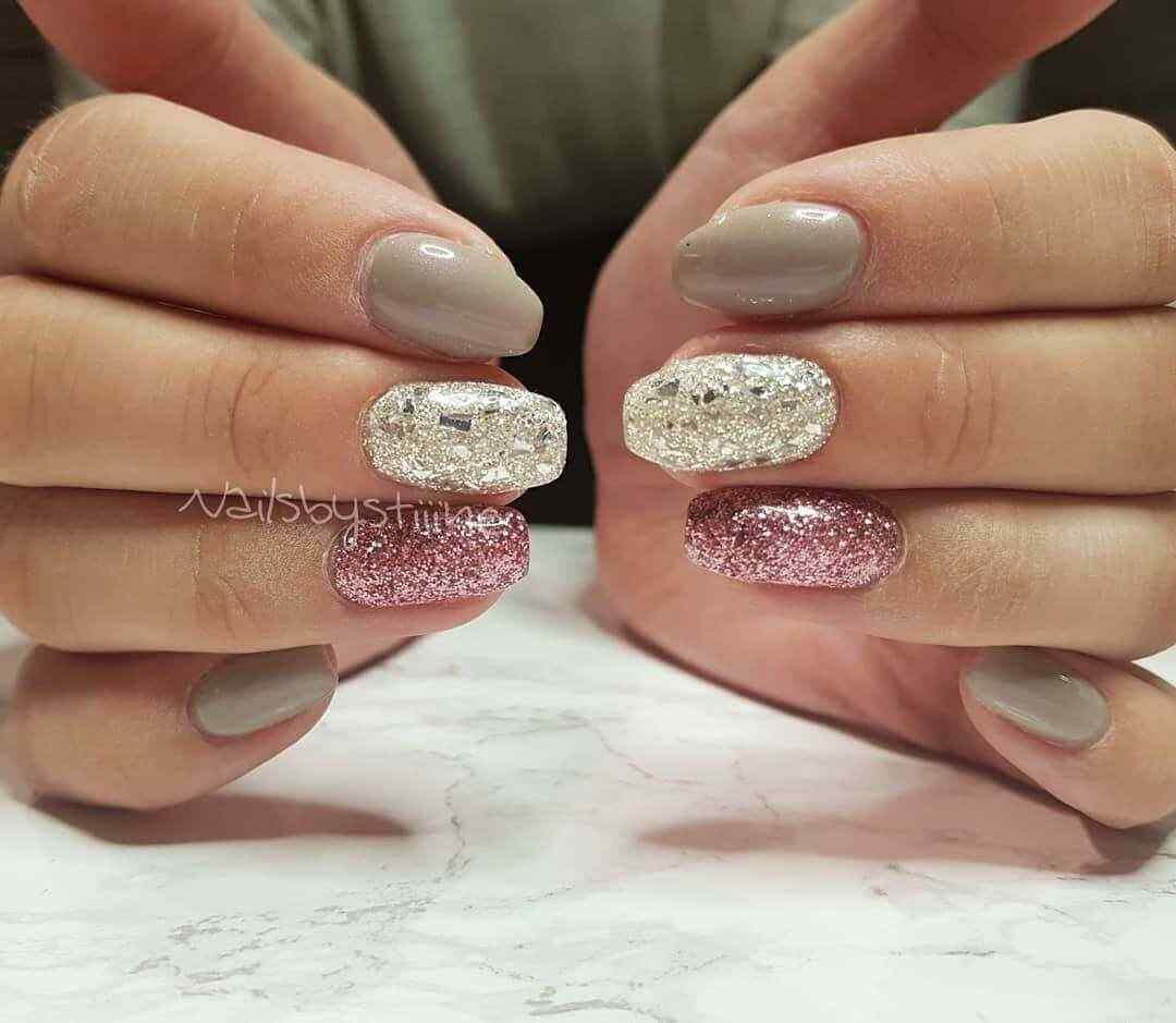 uñas plateadas con rosa y brillo