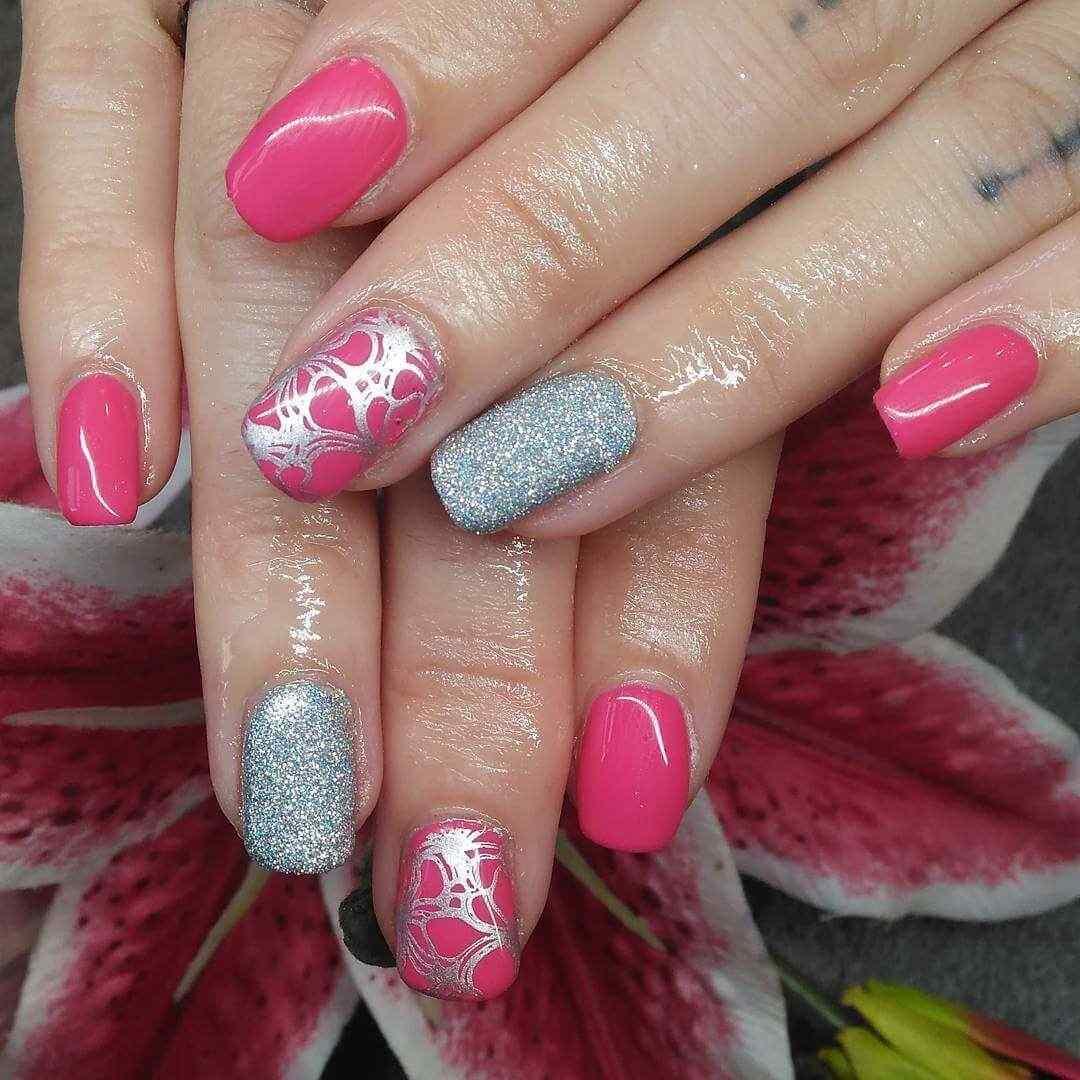 uñas plateadas con rosa y estampa