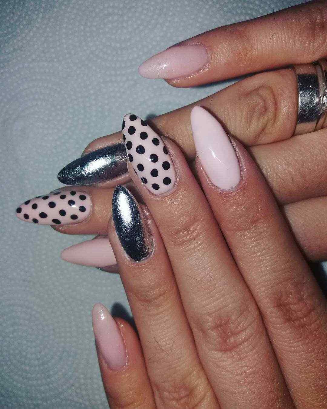 uñas plateadas con rosa y puntos negros