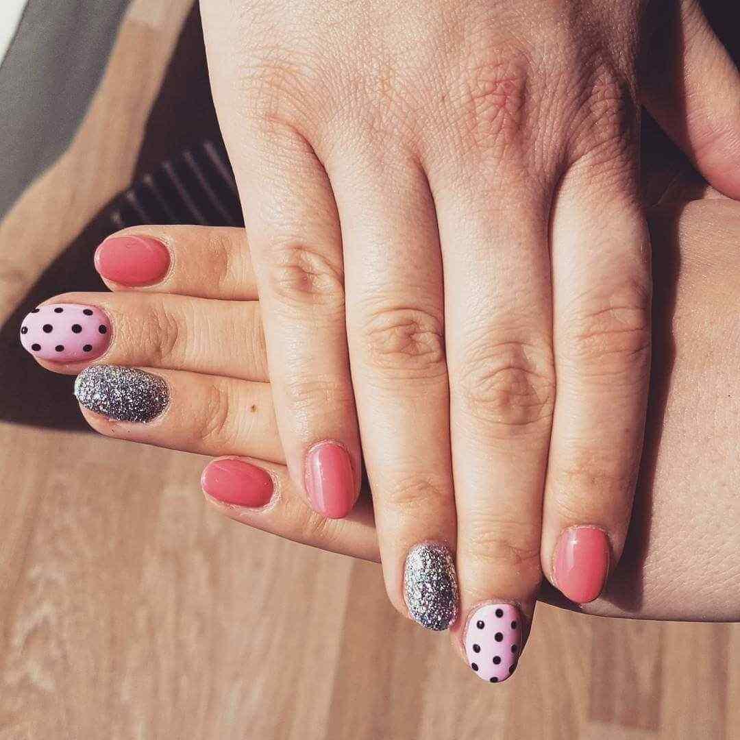 uñas plateadas rosa y negro