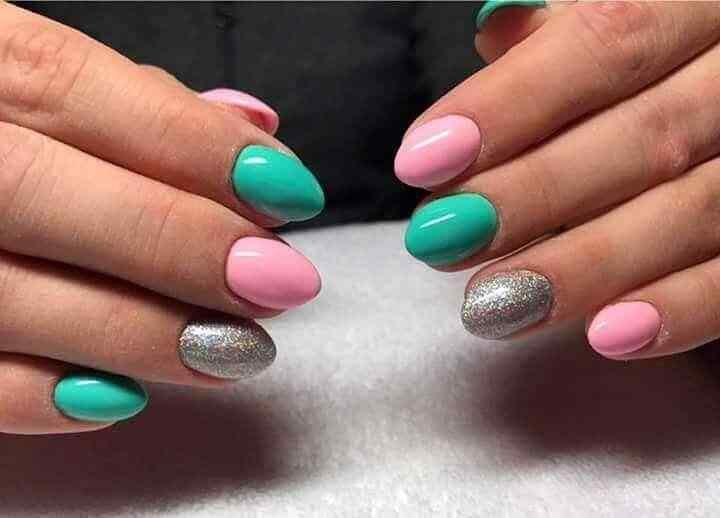 uñas plateadas rosa y verde