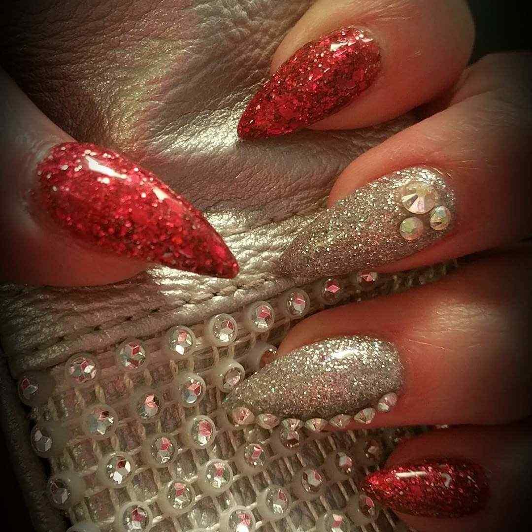 uñas plateadas y rojo elegantes