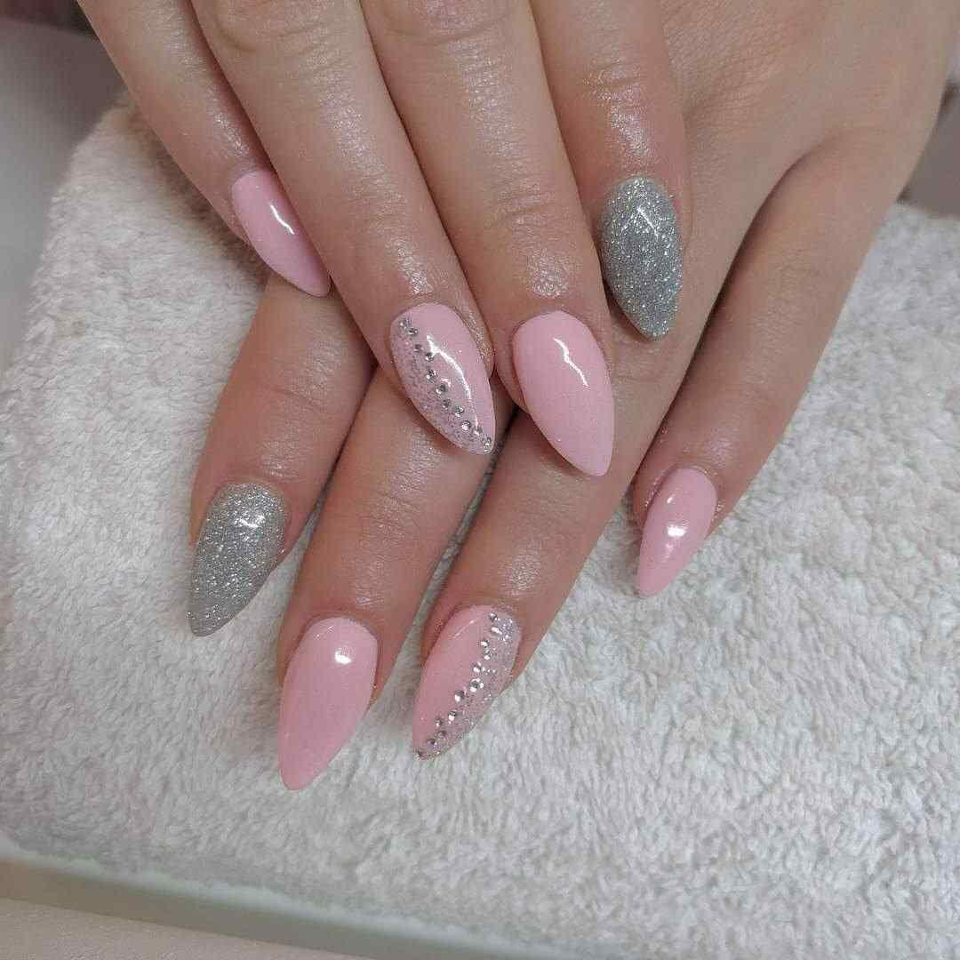 uñas plateadas y rosa