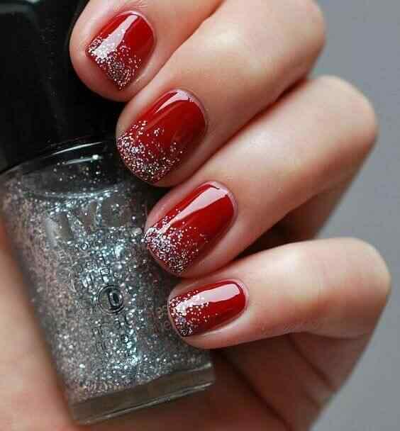 uñas rojas con brillos plateados