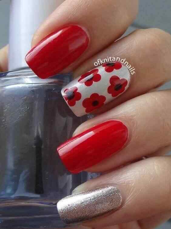 uñas rojas con flores y plateado