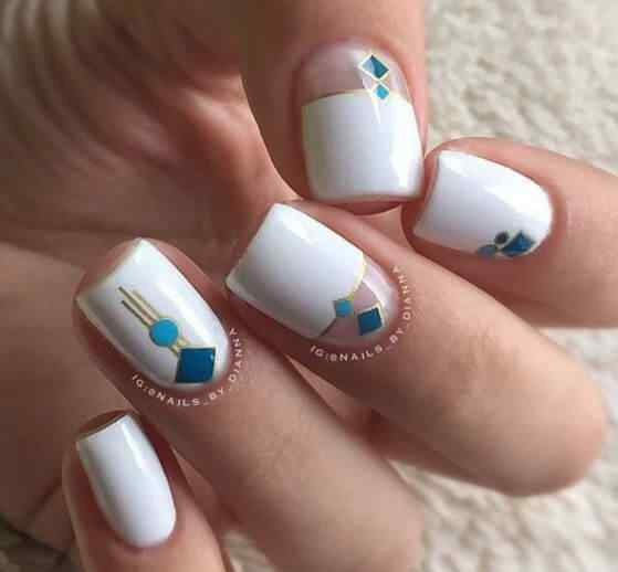 uñas de color blanco