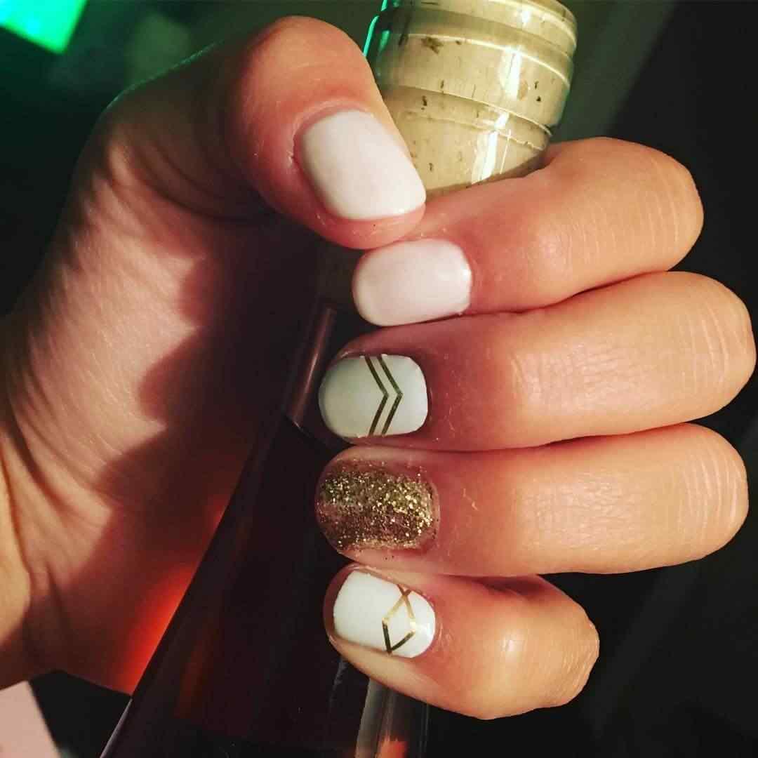 uÑas blancas con dorado sencillas