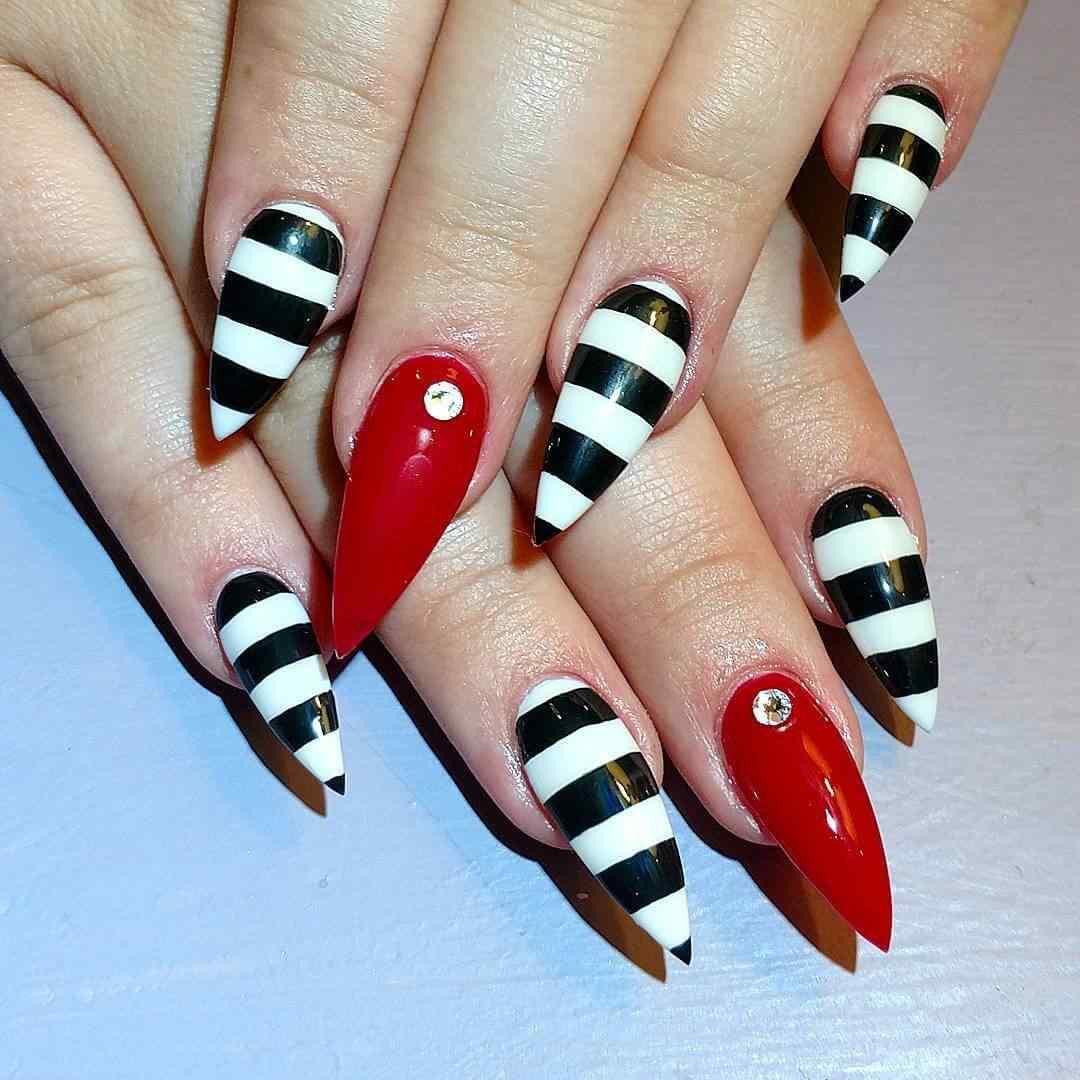 uñas blancas con lineas negras